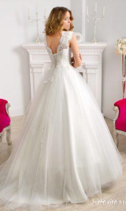 Пышное свадебное платье с закрытым верхом с фигурным вырезом, украшенное кружевом.