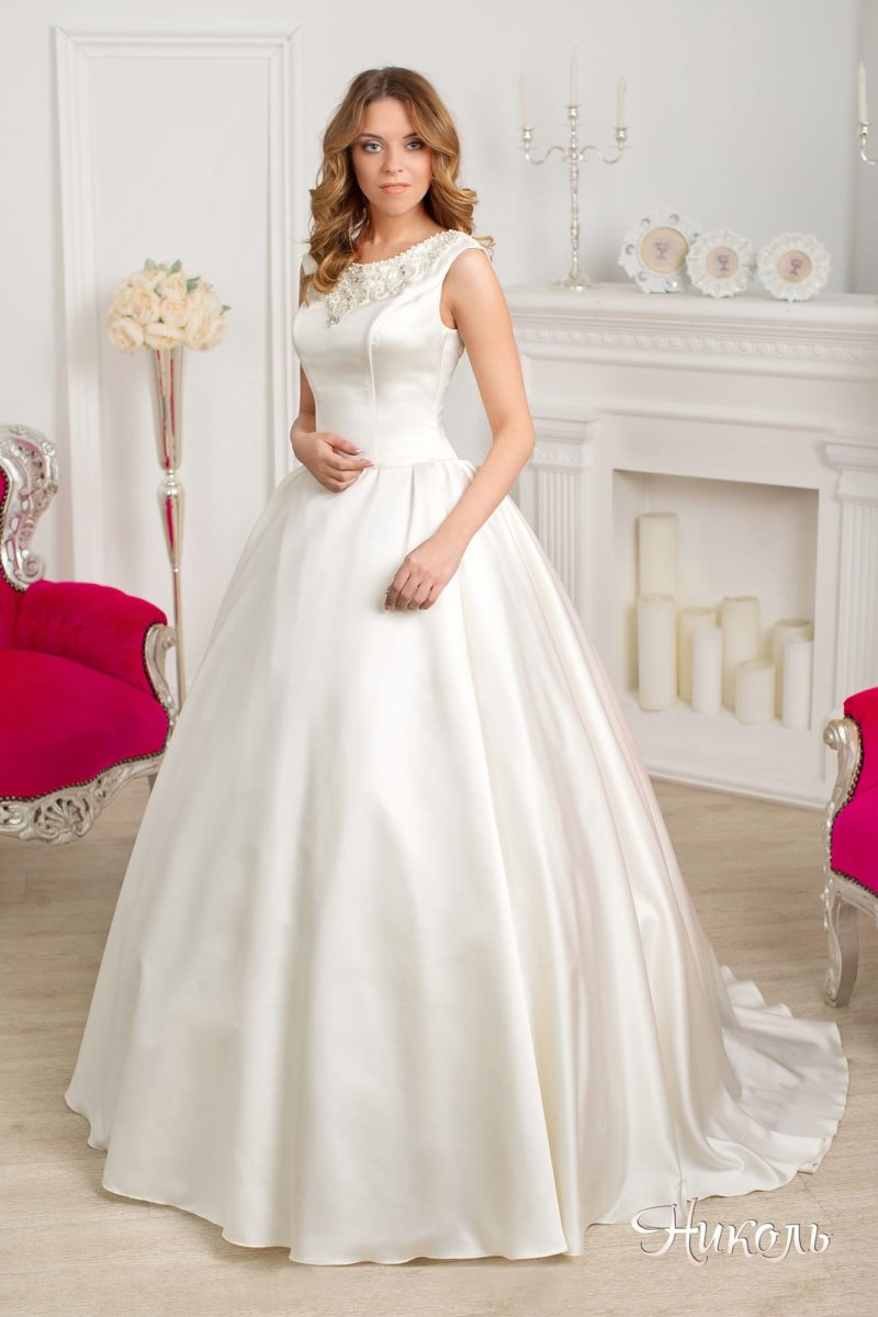 Пышное свадебное платье из атласной ткани, с вырезом под горло и элегантным шлейфом.
