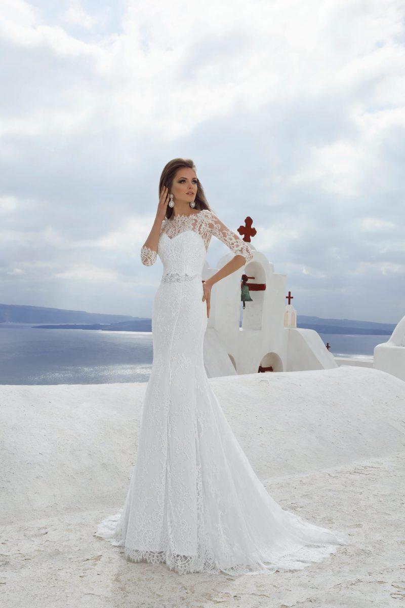 Прямое свадебное платье с закрытым кружевной тканью лифом и изящным поясом, покрытым вышивкой.