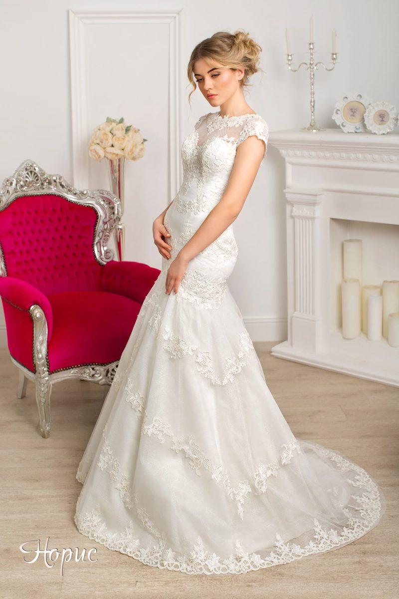 Утонченное свадебное платье «рыбка» с кружевной отделкой, располагающейся горизонтальными полосами.