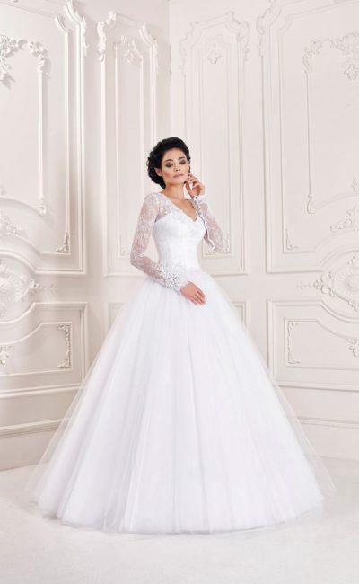 Романтичное свадебное платье с V-образным вырезом и длинными рукавами из кружева.