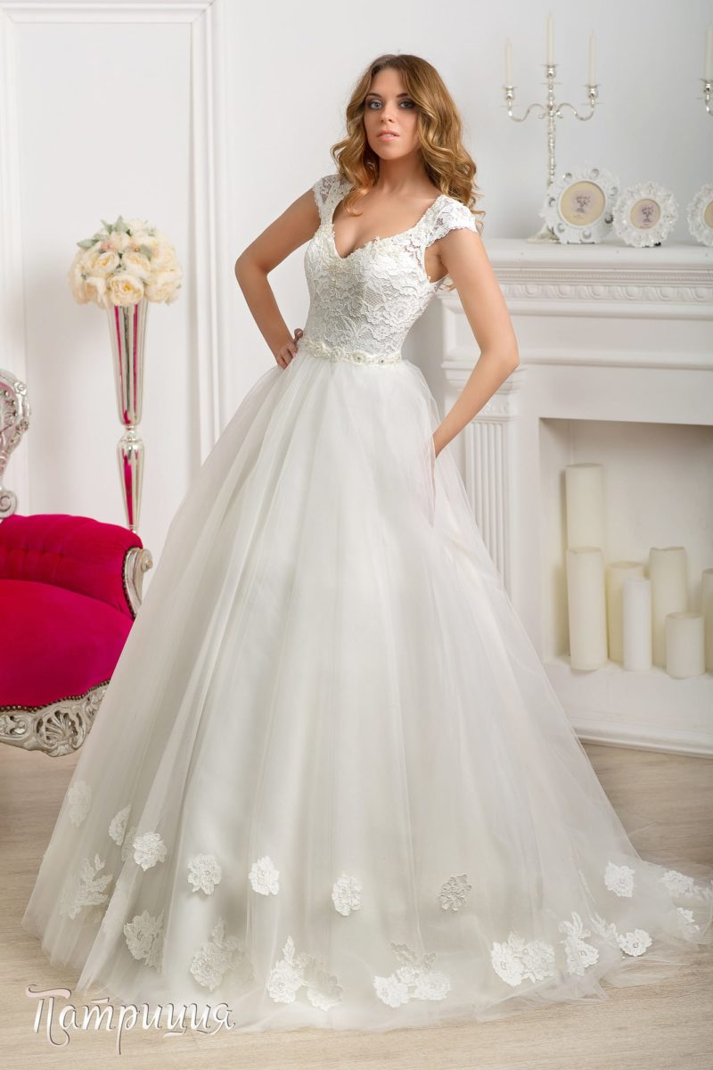 Пышное свадебное платье с широкими кружевными бретелями и соблазнительным декольте.
