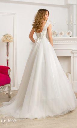 Торжественное свадебное платье с многослойной юбкой с длинным шлейфом и бисерным декором верха.