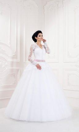 Свадебное платье пышного кроя с V-образным декольте и длинными облегающими рукавами.