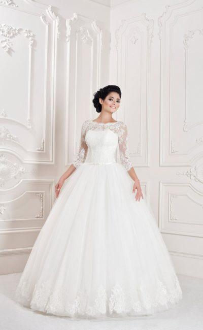 Свадебное платье с объемным подолом, фигурным вырезом и открытой спинкой.