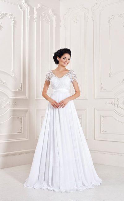 Свадебное платье в изысканном греческом стиле, с широким атласным поясом и кружевными рукавами.