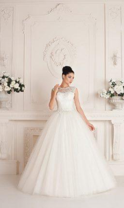 Пышное свадебное платье с традиционным корсетом и открытой спинкой, украшенной кружевом.