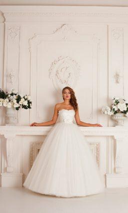 Воздушное свадебное платье с открытым корсетом, подчеркивающим декольте фигурным лифом.