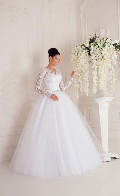 Романтичное свадебное платье с V-образным вырезом и длинными кружевными рукавами.