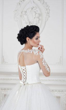 Изысканное свадебное платье пышного кроя с прозрачными рукавами, декорированными кружевом.