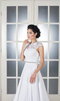 Свадебное платье в ампирном стиле, с открытой спинкой и короткими рукавами из тонкого кружева.