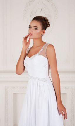 Прямое свадебное платье с элегантным декором драпировками и открытой спинкой.