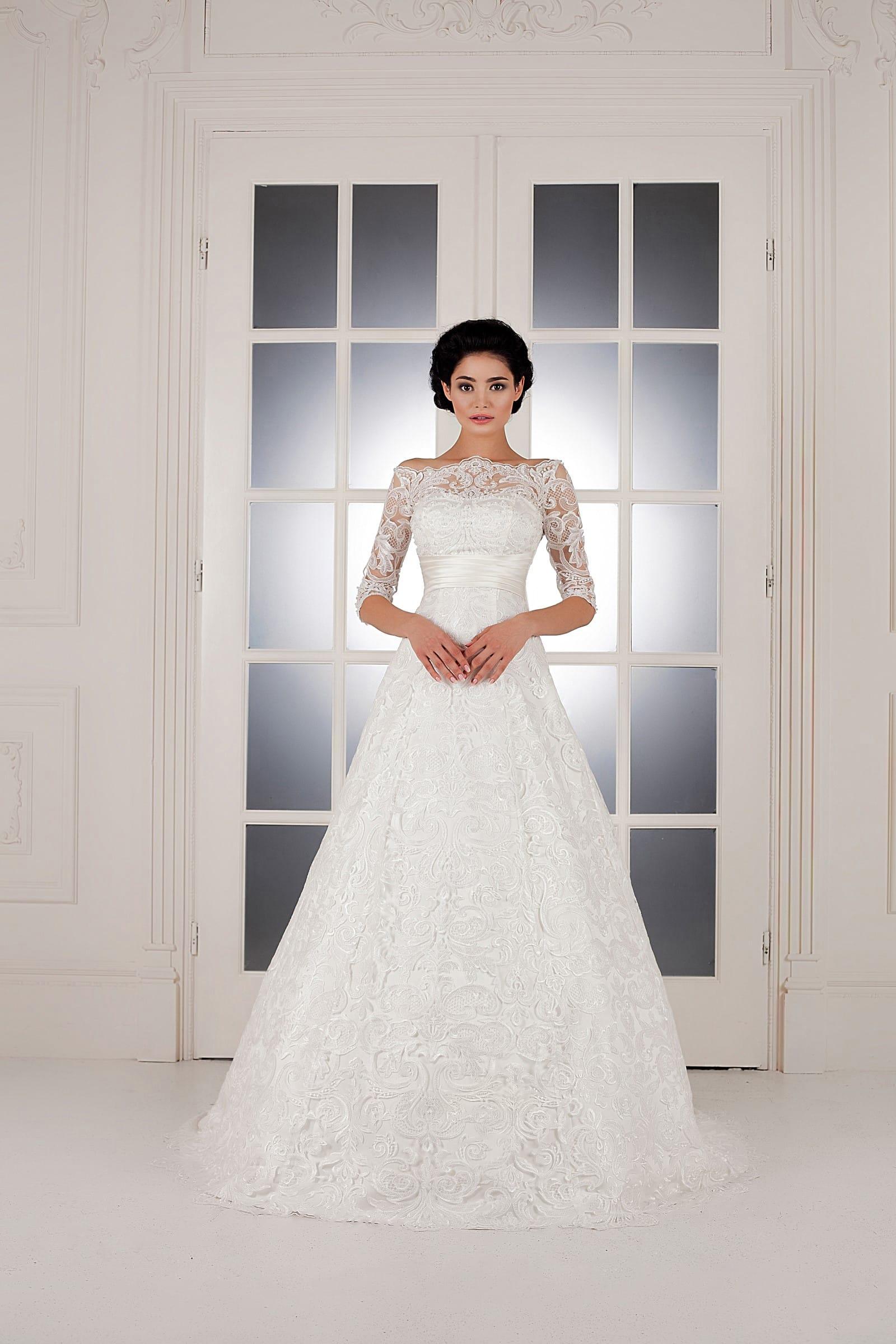 f2a6f2152a85739 Свадебное платье «трапеция» с фигурным декольте, дополненным кружевными  рукавами.
