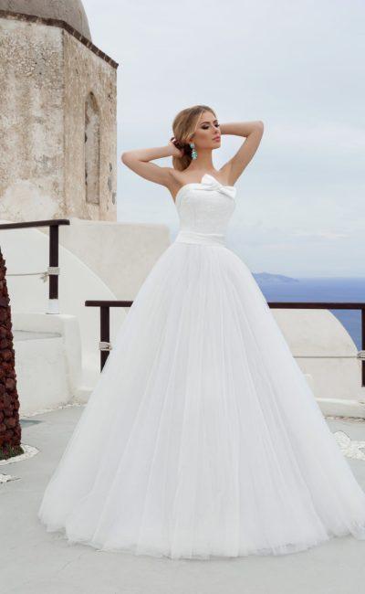 Изысканное свадебное платье с открытым корсетом, украшенным атласной тканью и бантом.