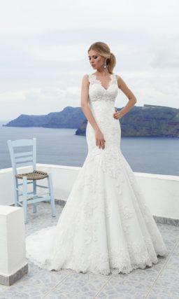 Кружевное свадебное платье с V-образным декольте и юбкой силуэта «русалка».