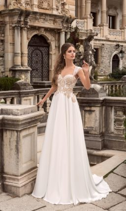 Утонченное свадебное платье с корсетом, украшенным золотистыми кружевными аппликациями.