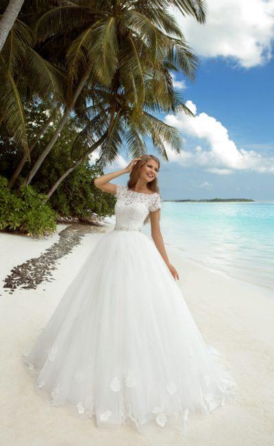 Потрясающее пышное свадебное платье с закрытым лифом, покрытым плотной кружевной тканью.