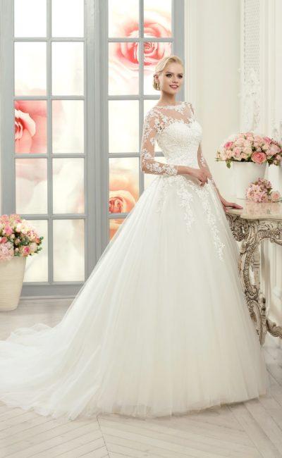 Торжественное свадебное платье с закрытым кружевным верхом и роскошной юбкой со шлейфом.