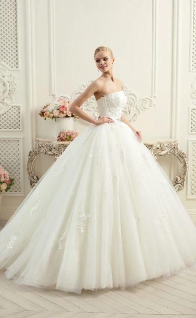 Впечатляющее свадебное платье с роскошным пышным силуэтом и лаконичным корсетом прямого кроя.