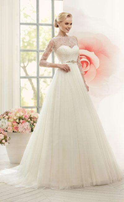 Утонченное свадебное платье с тонким кружевом над корсетом и атласным поясом с бисерной отделкой.