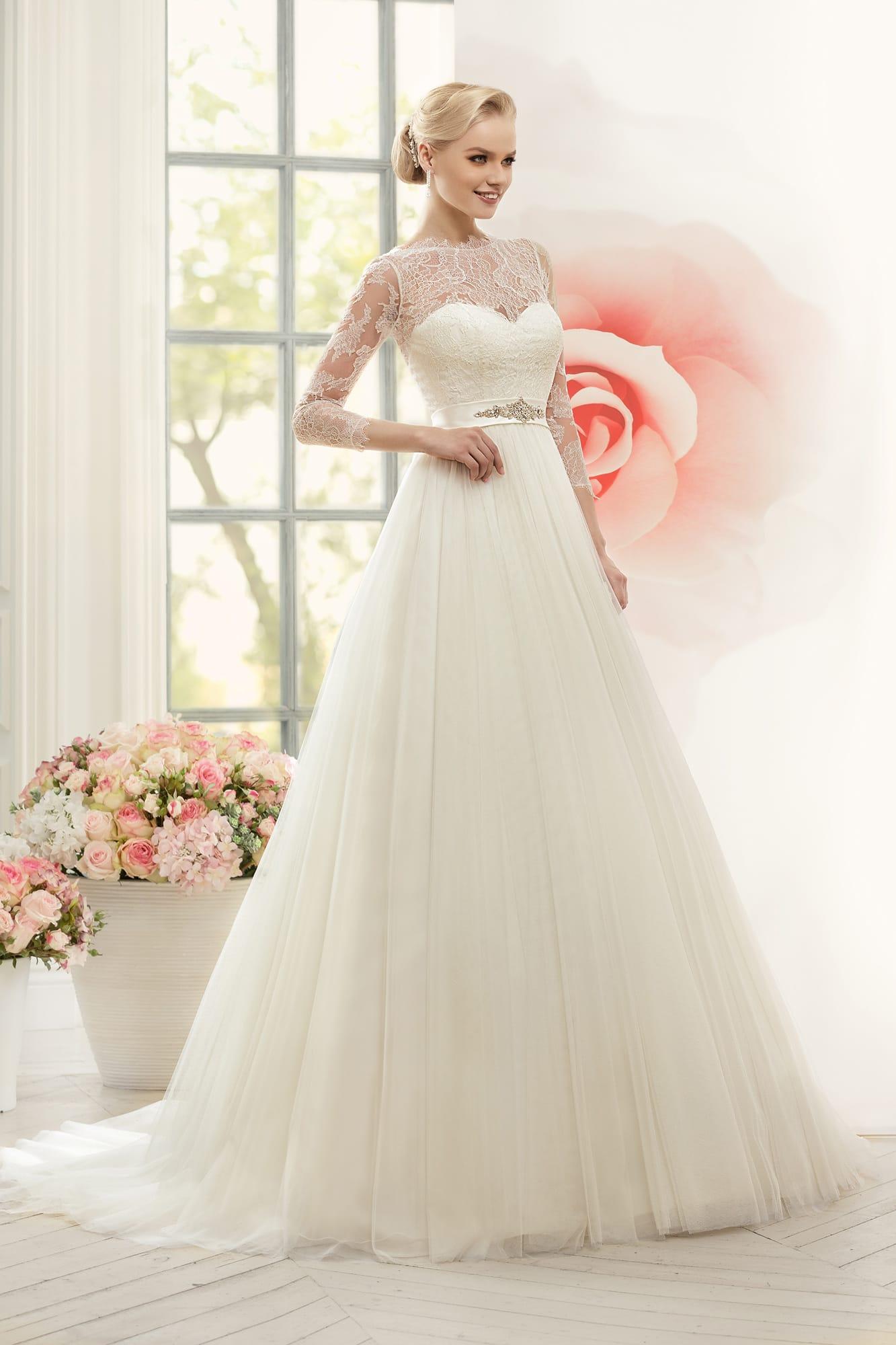 fb84c483256e4e Утонченное свадебное платье с тонким кружевом над корсетом и атласным  поясом с бисерной отделкой.