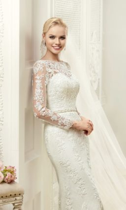 Свадебное платье «русалка» с закрытым верхом, по всей длине украшенное кружевом.