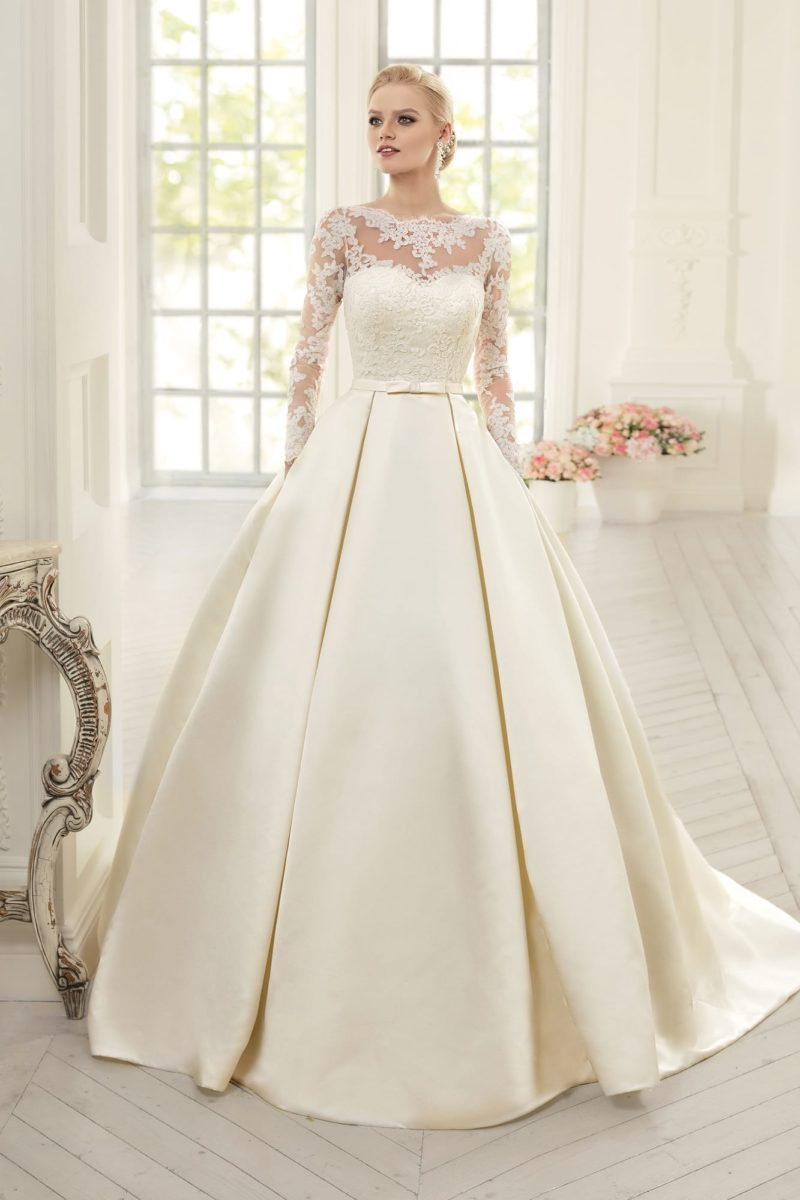Стильное свадебное платье с закрытым верхом и атласной юбкой со скрытыми карманами.