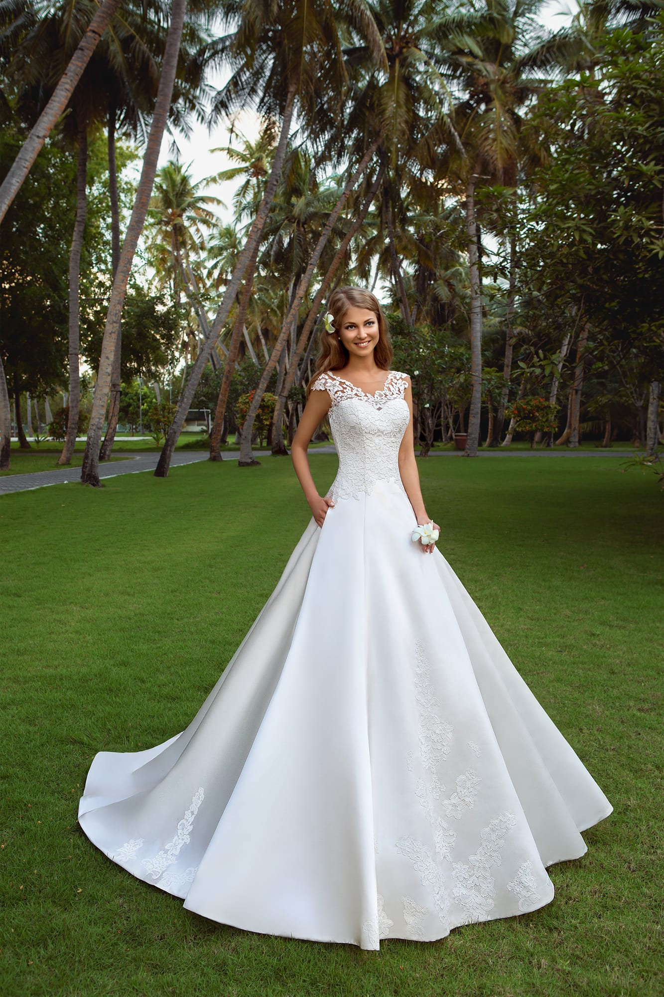 aade4fc4ebf Свадебное платье А-силуэта с роскошной атласной юбкой и кружевным лифом с  широкими бретелями.