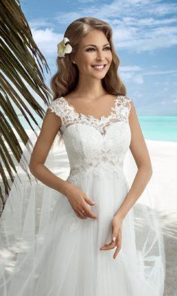 Прямое свадебное платье с кружевным лифом, фигурными бретелями и завышенной талией.