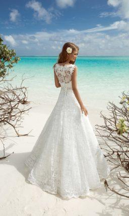 Элегантное свадебное платье с небольшим V-образным декольте, по всей длине покрытое кружевом.