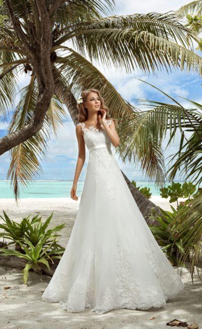 Утонченное свадебное платье с многослойной юбкой и атласным поясом прямо под лифом.