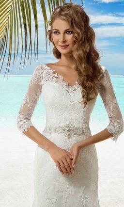 Кружевное свадебное платье силуэта «русалка» с элегантным декольте и торжественным шлейфом.