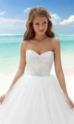 Открытое свадебное платье с потрясающей объемной юбкой и соблазнительным декольте сзади.