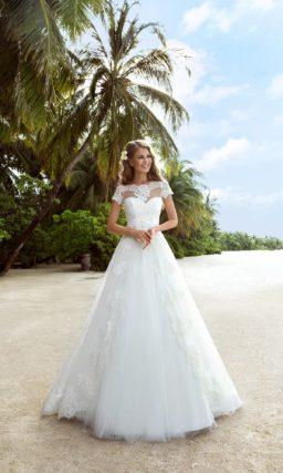 Роскошное свадебное платье с открытым корсетом, который можно дополнить тонким болеро.