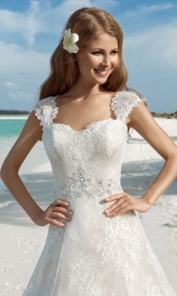 Свадебное платье с открытой спинкой и элегантной юбкой А-силуэта на бежевой подкладке.