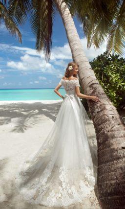 Свадебное платье с портретным декольте с кружевными бретелями и многослойной юбкой «рыбка».