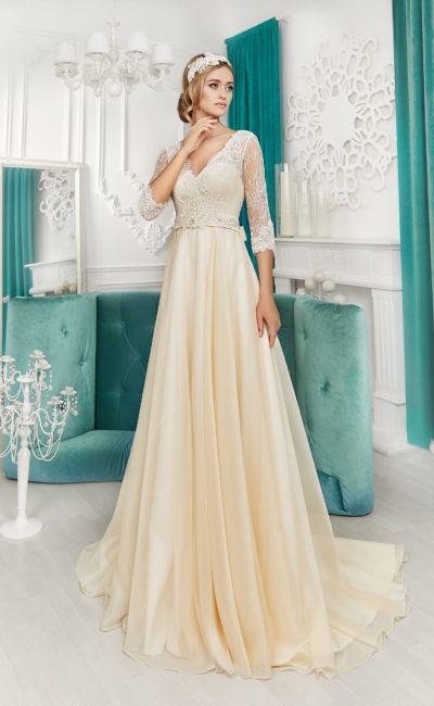 Золотистое свадебное платье элегантного кроя с длинным рукавом и V-образным вырезом.