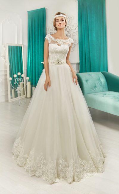 Свадебное платье «трапеция» с вырезом «замочная скважина» и кружевной отделкой.