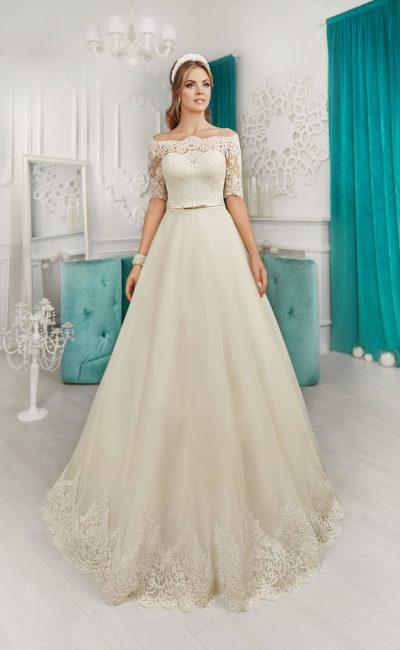Стильное свадебное платье с фигурным портретным вырезом и изящными рукавами.