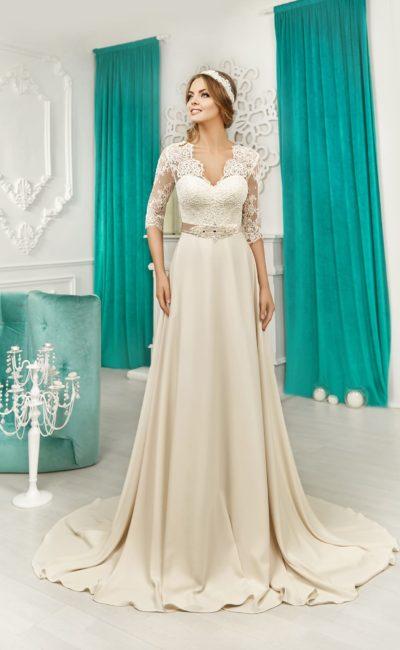 Кремовое свадебное платье прямого кроя с элегантным поясом и кружевными рукавами.