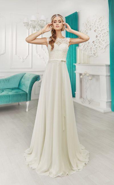 Утонченное свадебное платье облегающего кроя с открытой V-образным вырезом на спинке.