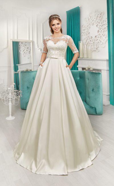 Атласное свадебное платье с небольшим шлейфом и соблазнительной открытой спинкой.