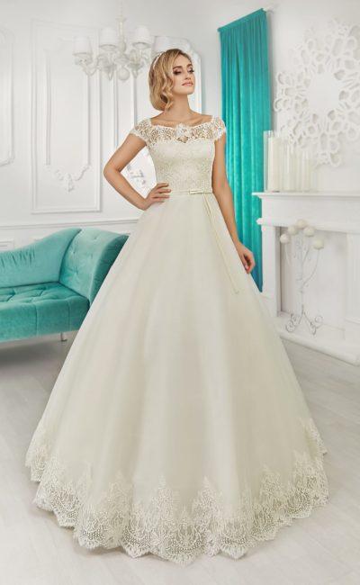 Свадебное платье «принцесса» с кружевным округлым декольте и короткими рукавами.