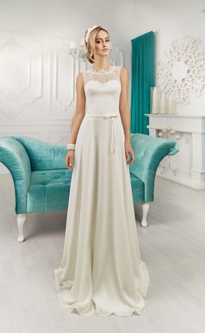 Прямое свадебное платье с атласной юбкой и кружевной вставкой на спинке.