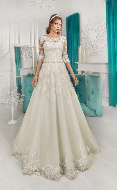 Свадебное платье «принцесса» с фигурным округлым вырезом и узким сияющим поясом.