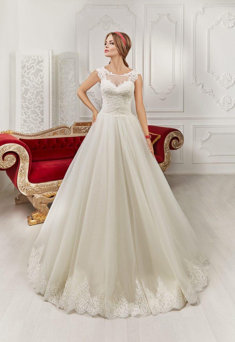 Пышное свадебное платье с кружевным лифом и вырезом «замочная скважина» на спинке.