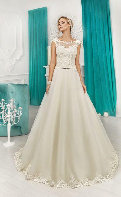 Закрытое свадебное платье с узким атласным поясом и лаконичной многослойной юбкой.