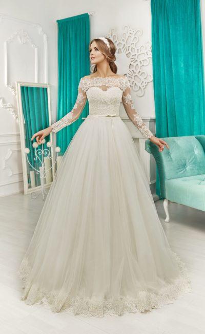 Очаровательное свадебное платье пышного кроя с длинными рукавами и драматичным декольте.