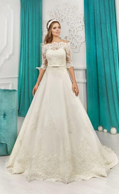 Пышное свадебное платье с кружевным портретным декольте и узким поясом на талии.