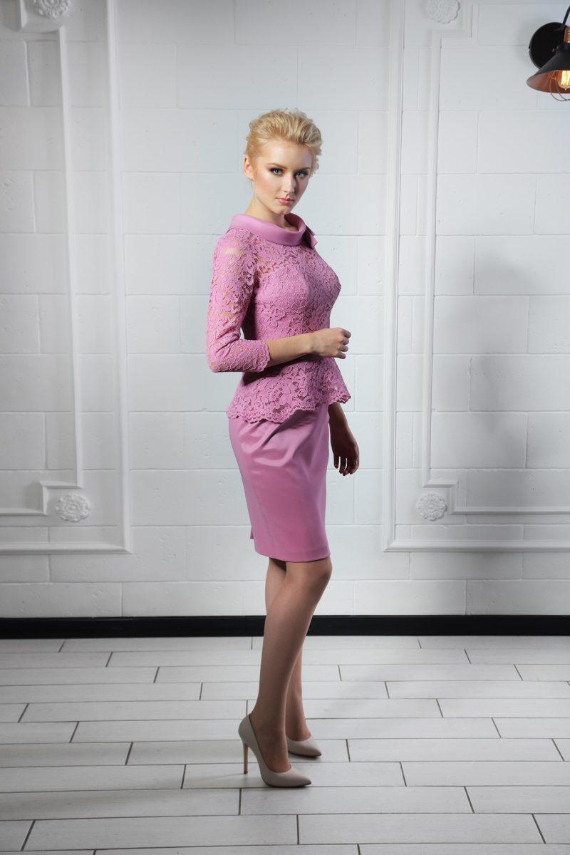 Изысканное лиловое коктейльное платье с закрытым верхом и кружевной баской на талии.